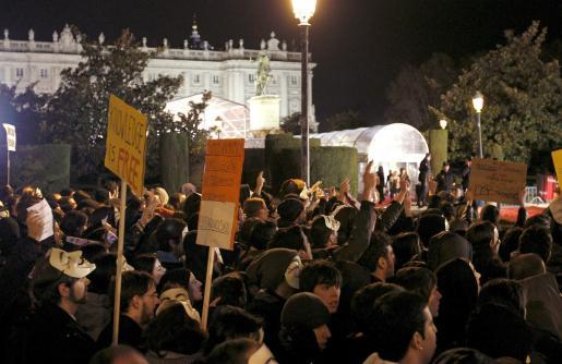 """Varios cientos de personas convocados por el grupo """"Anonymous"""", que aglutina en internet las protestas contra las medidas antipiratería promovidas por el Gobierno, durante la concentración que han llevado a cabo en las inmediaciones del Teatro Real de Madrid, donde se celebra la gala de los Premios Goya, para protestar contra la ley Sinde."""