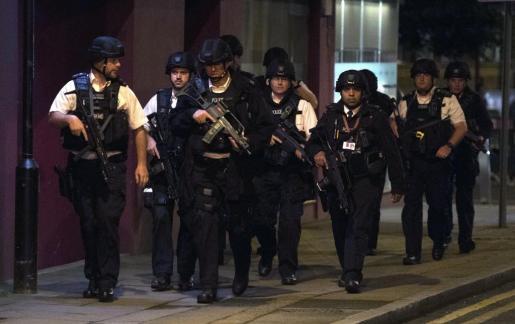 Policías en Londres tras el atentado.