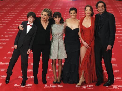 Agustí Villaronga, con Nora Novas (segunda desde la derecha), Laia Marull (tercera desde la derecha), Francesc Colomer (izquierda) y Marina Comas (tercera desde la izquierda).