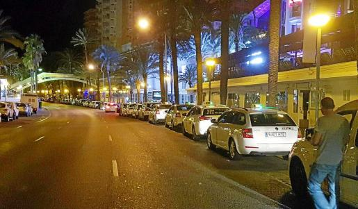Imagen de archivo de taxis esperando a clientes en una noche de verano en el Passeig Marítim.