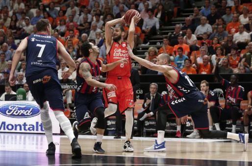 El base escolta del Valencia Basket, el francés Antonine Diot entre los jugadores del Baskonia.
