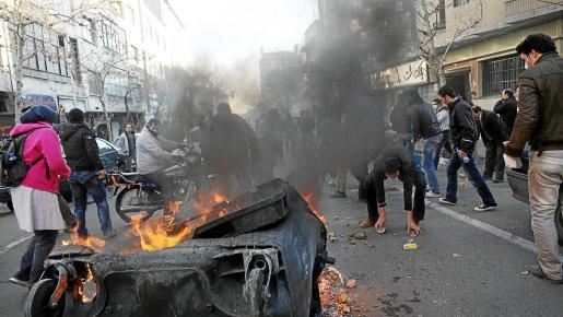 Grupos de manifestantes y efectivos de las fuerzas de seguridad se enfrentan en la capital iraní en contra del Gobierno y en apoyo a Túnez y Egipto.
