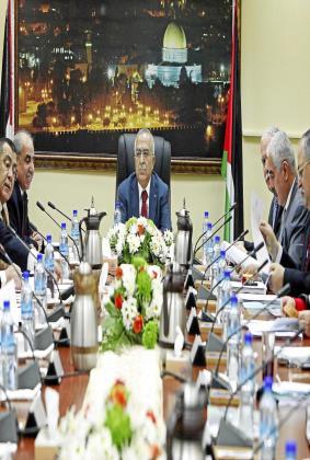 El primer ministro palestino, Salam Fayad (c), preside el Consejo de Ministros en la ciudad cisjordana de Ramala.