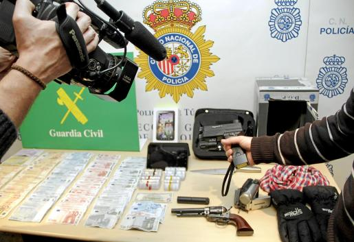 Entre los objetos incautados se encuentra un revólver Colt y una pistola de descargas eléctricas. Fotos: ALEJANDRO SEPÚLVEDA