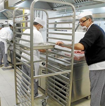 Preparando la comida en Son Espases.