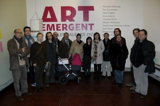 Joan Carles Gomis, del Casal Solleric, y Nanda Ramón, regidora de Cultura del Ajuntament de Palma, acompañaron al grupo de artistas en una gran foto de grupo.
