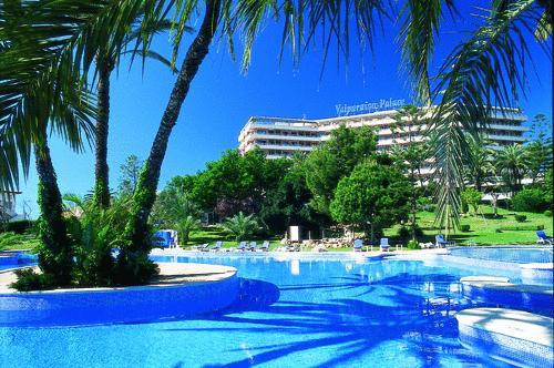 El hotel cuenta con una gran piscina.