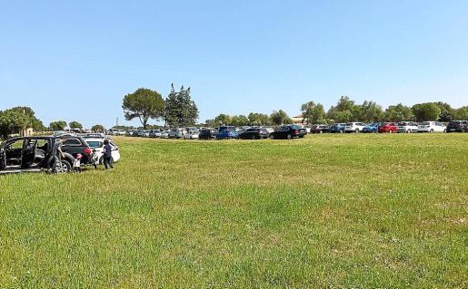 Vista del aparcamiento de Son Real hace dos meses. El yacimiento está en este vallado.