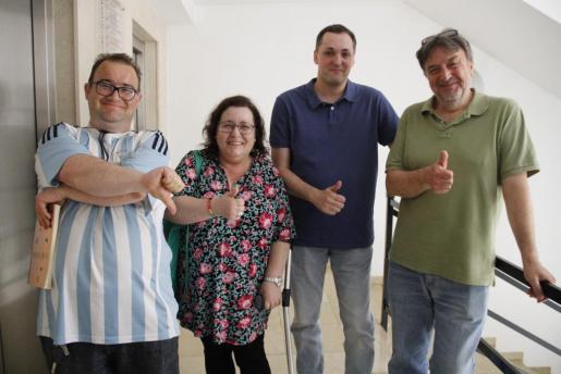 De izquierda a derecha, David Clown –que no pasó la criba–, con Dolores Oviedo, Carlos Juan y Juan Ramon, que sí lo hicieron. Los candidatos, durante la prueba escrita y la de cámara.