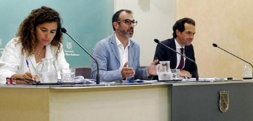 Los miembros del Ejecutivo balear Pilar Costa, Biel Barceló y Marc Pons durante la rueda de prensa que han ofrecido este viernes tras la reunión del Consell de Govern.