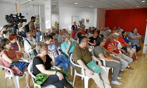 La diputada Capellà, a la izquierda, asistió a la asamblea abierta de 'Sa Feixina sí que tomba'.