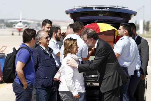 El presidente del Gobierno, Mariano Rajoy (d), saluda a la familia de Ignacio Echeverría, el joven fallecido el sábado pasado en los atentados de Londres, a la llegada del féretro a la base aérea de Torrejón de Ardoz.