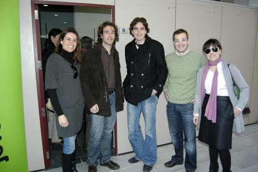 Rosalía Tudela, Bernat Isern, Joan Perelló, Jordi Ber y Victoria Ramos posan ante la nueva sede en el Parc BiT.