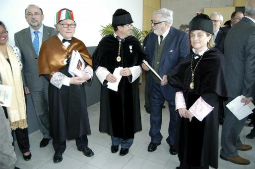 Eduard Punset, Llorenç Huguet, Feliciano Fuster y Montserrat Casas conversan nada más finalizar la ceremonia.