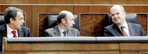 El presidente del Gobierno, José Luis Rodríguez Zapatero, junto al vicepresidente primero y ministro del Interior, Alfredo Pérez Rubalcaba, y el vicepresidente tercero, Manuel Chaves, durante la sesión de control del pleno del Congreso que se celebró ayer.