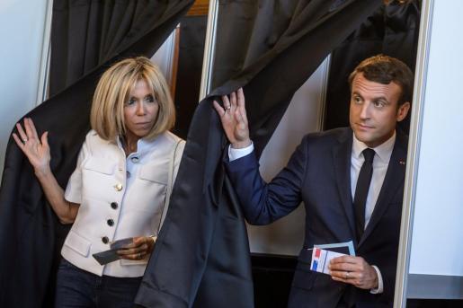 Emmanuel Macron y su esposa, Brigitte, tras votar en Le Touquet.