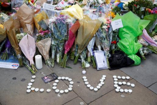 Flores para las víctimas del atentado en el Puente de Londres.