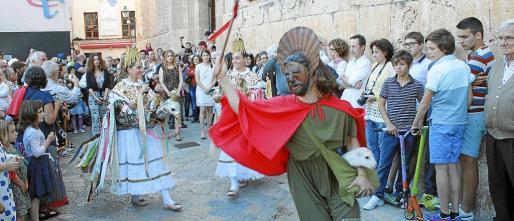 Baldea denuncia que el cordero sufre maltrato durante la procesión y el baile de las Àguiles y Joan Pelós.
