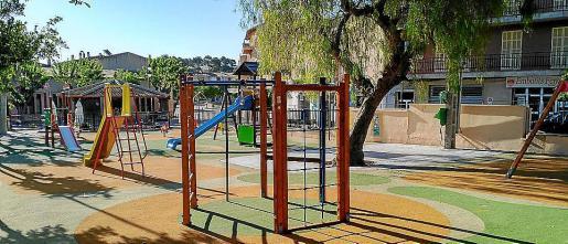 Nuevo parque infantil adaptado a la normativa en la Plaça des Fossar.