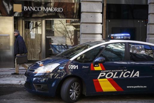 El vehículo se ha encastado contra una entidad bancaria.