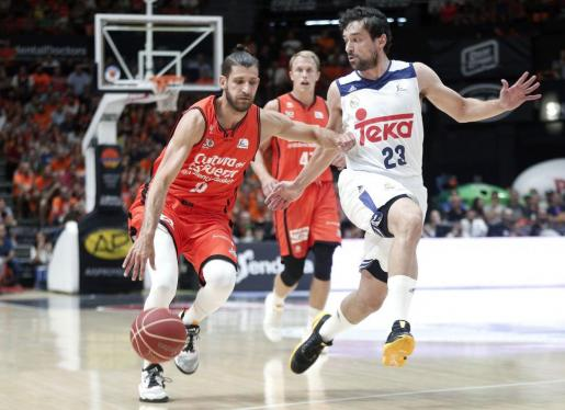 El base escolta francés del Valencia Basket Antoine Diot defendido por el base del Real Madrid Sergio Llull.