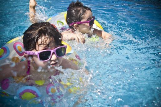 Ir a la piscina es uno de los planes más refrescantes y divertidos para hacer con niños.