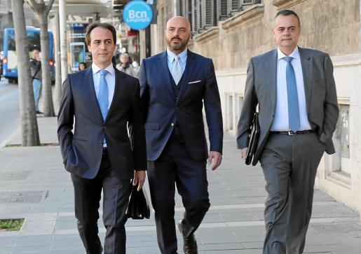 Gijón, con Orta (a la derecha en la imagen), antes de una declaración del exdiputado.