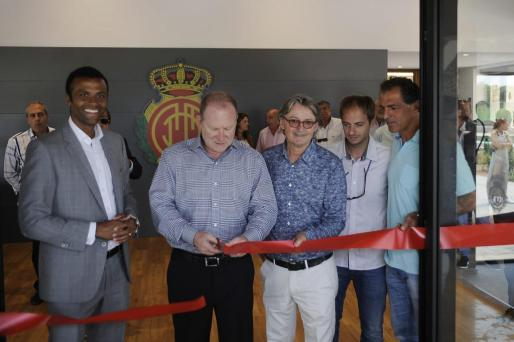 Robert Sarver inaugura la sala de jugadores junto a Maheta Molango y Monti Galmés.