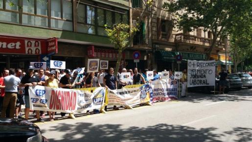 Un centenar de policías se ha manifestado este viernes en Palma.