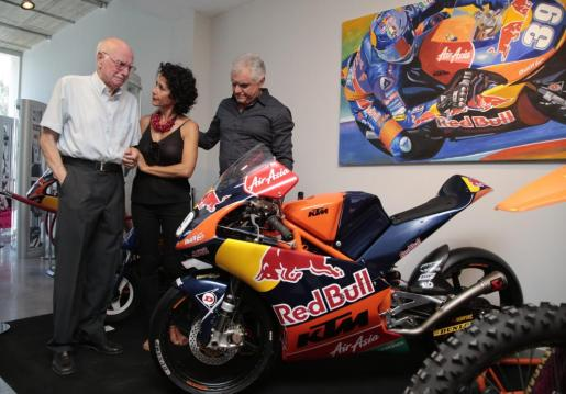 Toni Salom, Maria Antonia Horrach y José Luis Salom, emocionados tras descubrir la moto de Luis Salom.