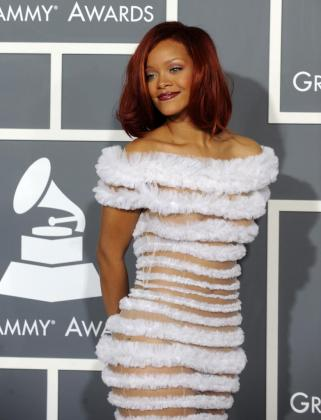 La cantante Rihanna posa a su llegada a la 53 edición de los Premios Grammy.