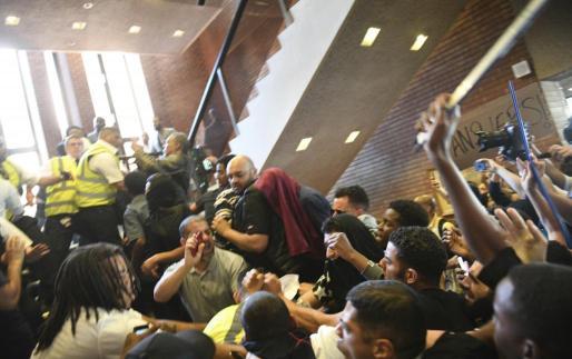 Un grupo de manifestantes irrumpen en el Ayuntamiento de Kensington, en Londres.