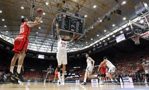 El escolta del Valencia Basket, Joan Sastre, lanza a canasta ante el alero del Real Madrid, Jeffery Taylor.