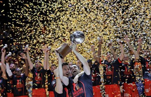 El capitán del Valencia Basket, Rafa Martínez, y su compañero, el base belga Sam Van Rossom, levantan la copa de campeones de la Liga ACB.