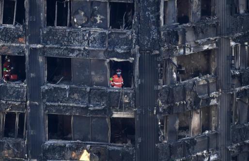 Equipos de rescate en el edificio siniestrado. Las causas del incendio aún no están claras.