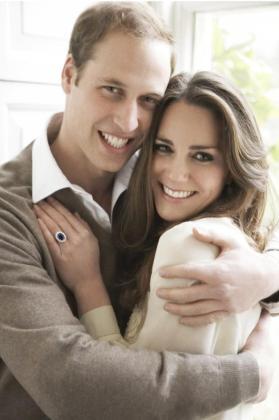 Una de las dos fotografías oficiales del compromiso del príncipe Guillermo y su prometida Kate Middleton.
