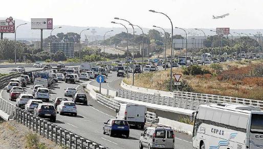 Tráfico intenso en la autopista del aeropuerto el pasado jueves por la mañana.
