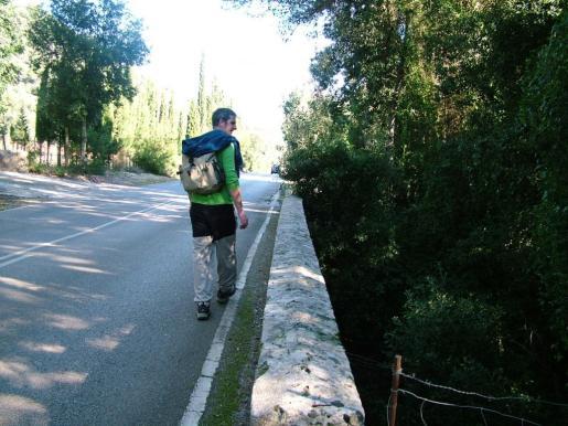 La Ruta de Pedra en Sec cruza cuatro veces la carretera general de Lluc en el tramo comprendido entre el Pi de Son Grua y el Pont Romà.
