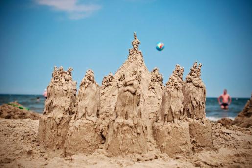 Imagen de un castillo en la playa.