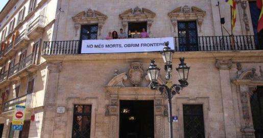 Cort ha exhibido este martes la pancarta «No más muertes, abramos fronteras».