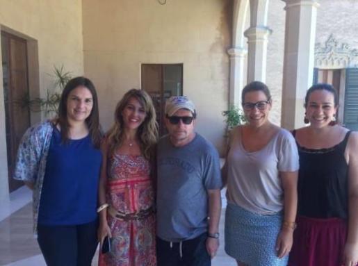 Michael J. Fox en el Castell de Son Mas junto a las regidoras Xisca Castell, Estefanía Gonzalvo, Encarnación Rodríguez y Anabel Curto.