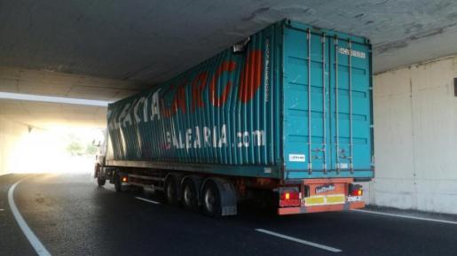 Imagen del camión atrapado en el desvío del túnel del centro comercial Alcampo.