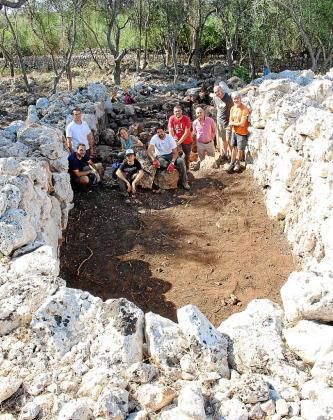 Equipo de arqueólogos y voluntarios que trabaja en el poblado.