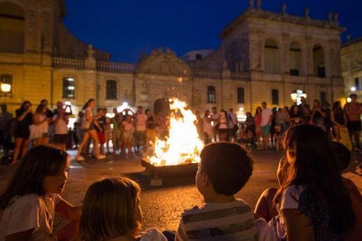 Las hogueras pusieron luz, color, intensidad y calor a la vigilia del sábado de Sant Joan.