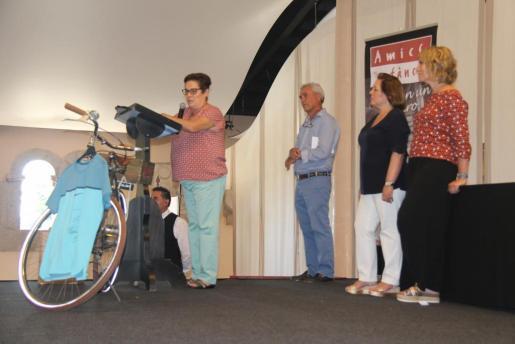 María Alcázar, presidenta de Ayne Perú, explicando el trabajo que se realiza en los hogares de acogida, en presencia de Paco Arenas, Carmen Dameto y Lina Pons.