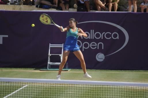 Sevastova devuelve una bola durante el partido ante Caroline García.