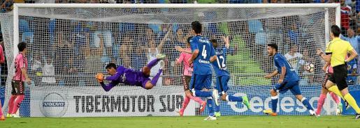 Dani Pacheco marca el tercer gol del Getafe en el Coliseum, para certificar el ascenso a Primera del conjunto azulón.