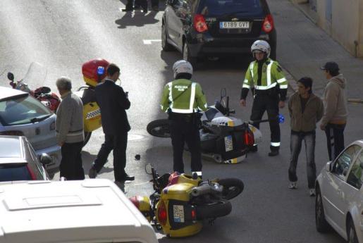 El atracador, a la derecha, junto a los policías accidentados en la persecución.