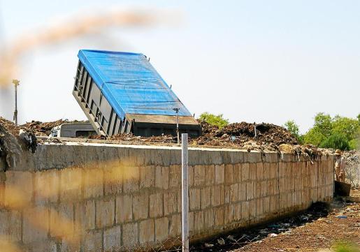 Imagen de un camión volcando su carga de residuos biosólidos en la planta de tratamiento de sa Marina de Llucmajor.