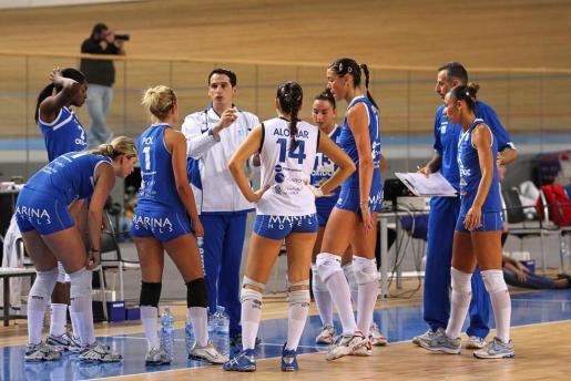 El técnico del Oxidoc Palma, David Pérez, da instrucciones a sus jugadoras durante un tiempo muerto.